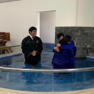 Fuerte abrazo de Paola y Leonel tras decidir por Cristo públicamente.