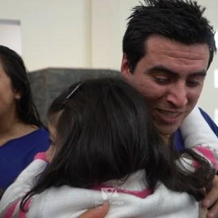 Emotivo saludo tras el bautismo de Leonel y de Paola