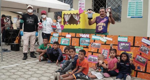 David Torres, líder del centro de alejamiento temporal (CAT) Huaquillas-Ecuador y equipo de ADRA en un día de integración con los refugiados. (Foto: Samuel Velásquez)