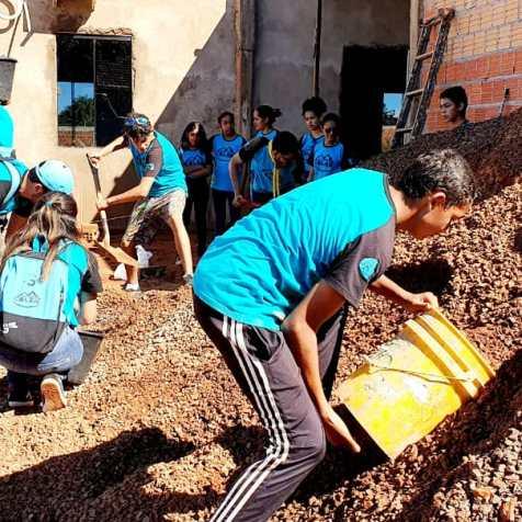 Jóvenes Caleb trabajando en la construcción de la iglesia