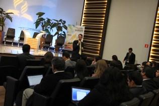 Felipe Lemos, jornalista, fala para os participante do Encontro.