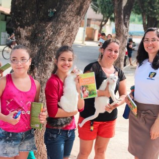 Entrega de livros no bairro São Pedro