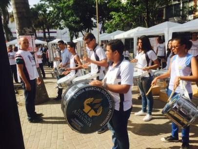 Banda do Colegio Adventista de Itaborai abre a feira de saúde no centro da cidade.
