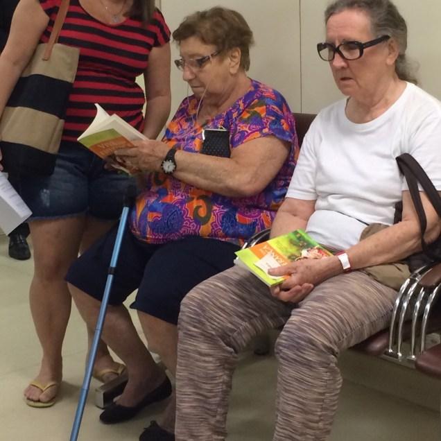 Boa opção de leitura enquanto esperam por atendimento no Hospital das Clínicas de Niterói.