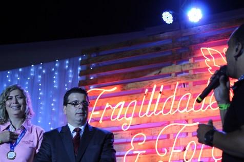Leandro Freitas cantando em homenagem a professora Rozângela