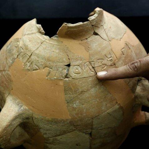 Uma inscrição encontrada em Khirbet Qeiyafa que data dos dias de Saul e Davi e menciona um homem chamado Eshbaal, o mesmo nome de um dos filhos do rei Saul (Gentileza da SAU).