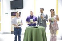 Autoridades da cidade estiveram presentes para prestigiar o Centro e receberam o livro Esperança Viva.