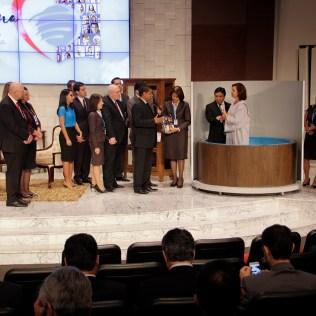 Partipantes do Pequeno Grupo do qual Leda faz parte acompanharam seu batismo na sede sul-americana adventista, em Brasília