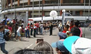 Cordão de isolamento feito por desbravadores para a passagem da tocha olímpica na saída do estádio Mangueirão, em Belém-PA