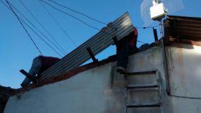 Voluntários trocaram o telhado da casa