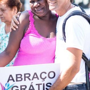 Nas 14 Feiras de Saúde realizadas na cidade do Rio de Janeiro, não foram só as características física a serem analisadas. Voluntários cuidaram de alegrar e oferecer um abraço a quem passava pelos locais de atendimento (Foto: Anne Seixas)