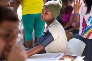 Moradores das comunidades locais foram até o local para checar a saúde (Foto: Anne Seixas)