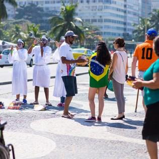 Voluntários também se vestiram de anjo para chamar a atenção de quem passava (Foto: Anne Seixas)