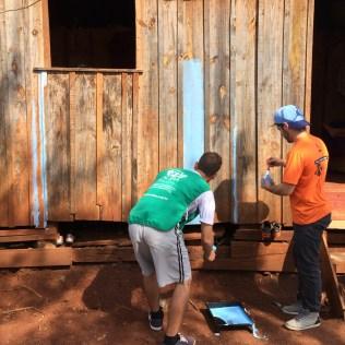 Um das atividades dos voluntários foi a pintura