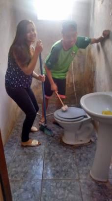 Adolescentes dedicaram o dia em solidariedade a casal de idosos