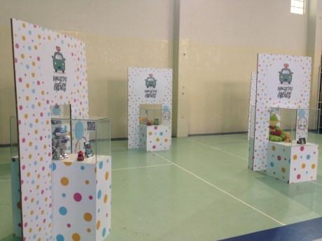 A exposição Brinquedos Órfãos foi levada até o colégio