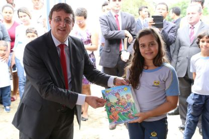 Pr. Luiznei Gambareli com a aluna que depositou o exemplar da Revista Nosso Amiguinho, em Nova Iguaçu.