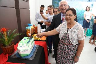 Pastor Adamor Pimenta e esposa cortam bolo comemorativo