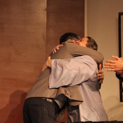 Abraço entre Manoel Moraes, comprador de muitos livros da Casa Publicadora Brasileira, e da advogada Mirian Késia logo depois do seu batismo. Foto: Liane Prestes