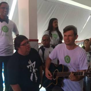 Voluntários aguardaram os candidatos sabatistas com músicas, cartazes e um kit com lanche