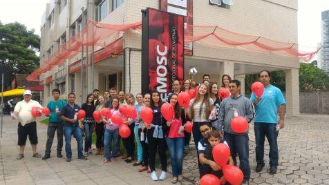 Grupo posa para foto antes de doação de sangue em Blumenau