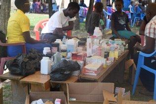 Mesa com medicação gratuita distribuída em Kibos, Quênia