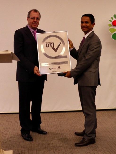 Dr. Rubens Covello entrega o certificado e elogia a dedicação da instituição.