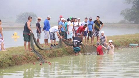 Voluntários da igreja ajudam a pescar