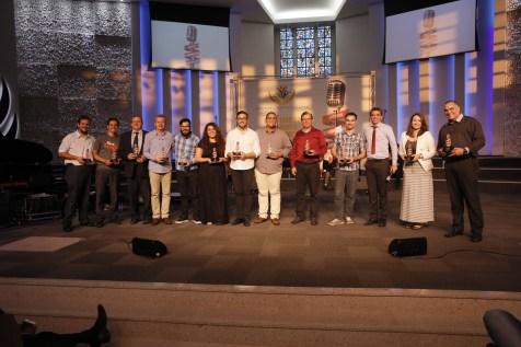 Todos os palestrantes do evento receberam um troféu de lembrança