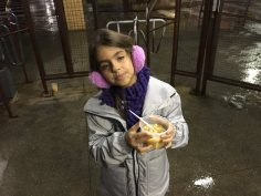 Criança ajuda a entregar a sopa
