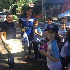 Alunos homenagearam as mães que encontraram na rua da escola