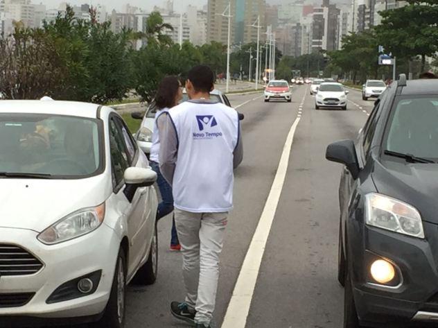 Distribuição aconteceu na região da Avenida Beira-Mar Norte, em Florianópolis