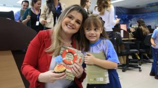 Apresentadora da TV Vitória recebe livros