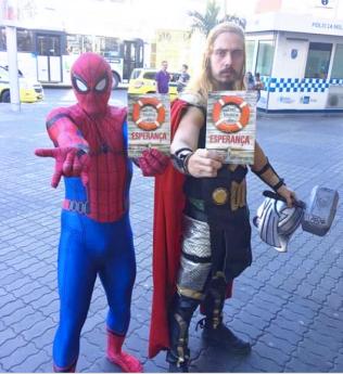 Até o super-heróis receberam o livro missionário.