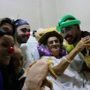 Com violão, fantoches e muita alegria, voluntários do Impacto Esperança tornam-se doutores-palhaços e alegram a tarde dos internos em hospital.