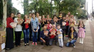 Crianças, adolescentes e jovens uniram forças pra distribuição de livros em Concórdia (SC).