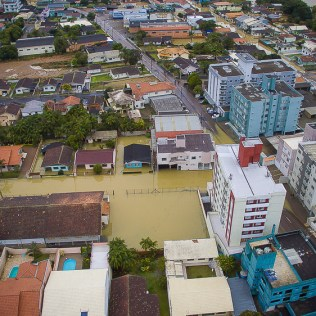 De acordo com a Defesa Civil, 18 dos 25 bairros da cidade estão alagados. [Foto: André Almeida].