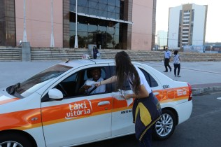 Taxista recebe sacola ecológica