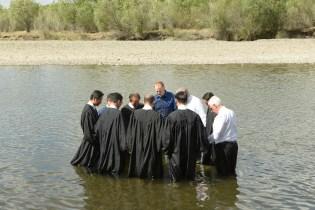 Pastores oram antes de realizar batismos ao final de progrma evangelístico
