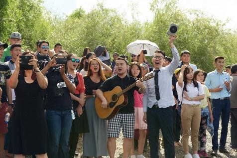 Jovens cantam durante cerimônia batismal