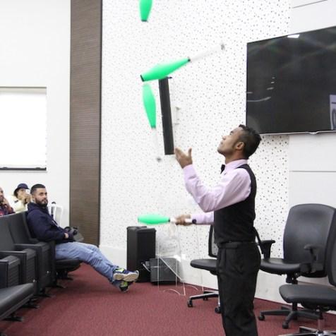Malabarista mostra como usar criatividade na evangelização [Foto: Michelle Martins]