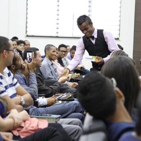 Malabarista distribui livros missionários para plateia depois de apresentação