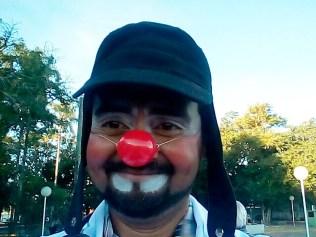 Adalberto Marcelino exibe feliz sua nova imagem de médico palhaço.