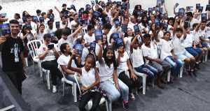 Alunos das escolas públicas da região assistiram a encenação sobre Jesus e receberam o livro missionário