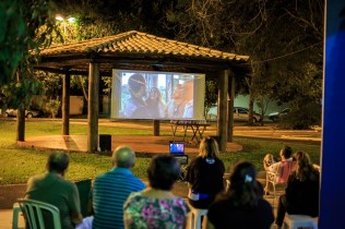 """Na famosa Praça do Peixe, em Campo Grande, moradores da região assistiram à exibição do filme """"Libertos""""."""