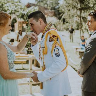 Casamento foi realizado em meio à natureza, em referência as atividades do Clube de Desbravadores.[ Estúdio Reversa].