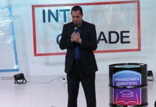 Professor Renato Lacerda em momento de oração com jovens