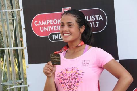 Estudante exibe medalha recebida durante a edição 2017