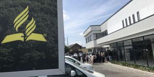 """Pessoas reunidas no Centro Cristão Tokai, uma igreja e um """"centro de influência urbano"""" financiados pela oferta do décimo terceiro sábado, em Kakegawa, Japão. (Foto: Andrew McChesney / Adventist Mission)"""