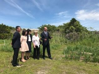 Pastor Guenji Imayhuki, à esquerda, mostrando a horta da igreja ao pastor Ted Wilson e sua esposa (Foto: Andrew McChesney / Adventist Mission)